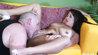 Пышная девушка познает оральный секс со стариком