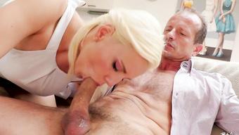 Ненасытная блондинка ублажает хахаля глубоким заглотом и дрочкой