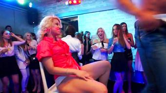 Пьяные потаскушки на развлекаются со стриптизерами на вечеринке