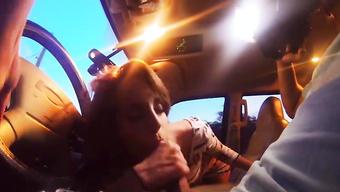 Худая девушка делает минет мужчине за подвоз