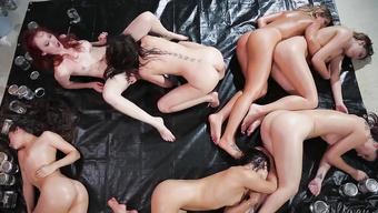Молоденькие шлюшки участвуют в лесбийской оргии с пошлыми милфами