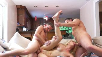 Отвязные шлюшки забавляются с наглыми парнями на съемной квартире