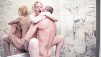 Возбужденная блондинка трахается с пошлым парнем перед зеркалом