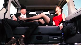 Сексуальная телочка дрочит похотливому мужику ногами в лимузине
