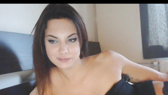 Горячая барышня красиво мастурбирует на вебкамеру