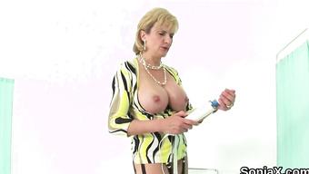 Горячая мамочка удовлетворяет себя вибратором