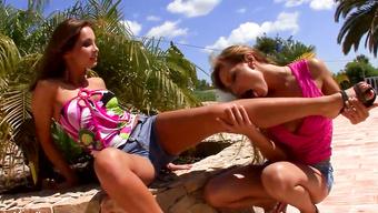 Романтичные лесбиянки задумали анальные игры на пляже