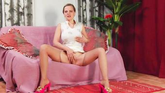 Женщина в чулках мастурбирует перед сексом с ухажером