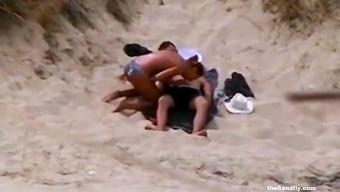 Молодая чикса делает минет на пляже для кавалера